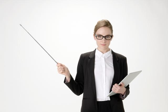 自己破産を解説する外人女性